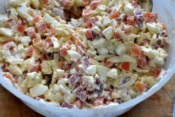 До банальности простой, вкусный и неизбитый салатик! Очень рекомендую!