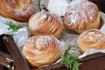 Сладкие пышные булочки из дрожжевого теста в духовке